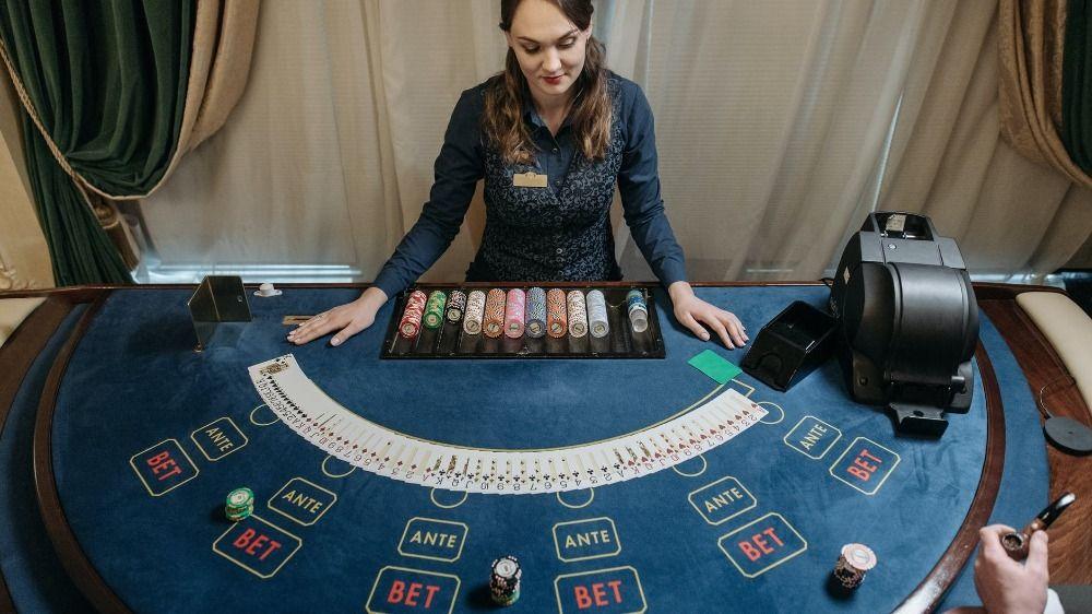 Top blackjack secrets, Blackjack dealer